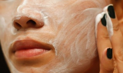 pori kulit yang tersumbat memang dapat menjadi penyebab aneka macam macam duduk perkara kulit Cara Alami Membersihkan Pori-pori Kulit Wajah yang Tersumbat