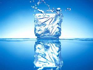 meminum delapan gelas air setiap hari sangat baik untuk menjaga kesehatan ginjal Air untuk Saluran Kemih Anda